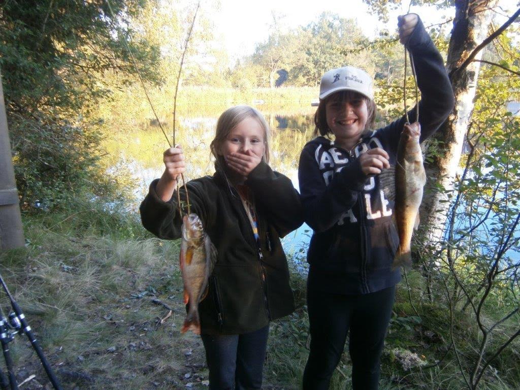 Kinder mit Fischen